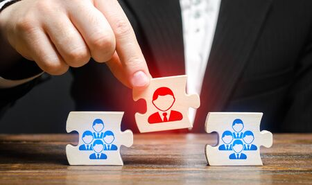 A businessman appoints a leader to the head of the team. Creation of an effective teams of specialists for the implementation of a new project. HR recruiting. Management appointment. nepotism 스톡 콘텐츠 - 130109540