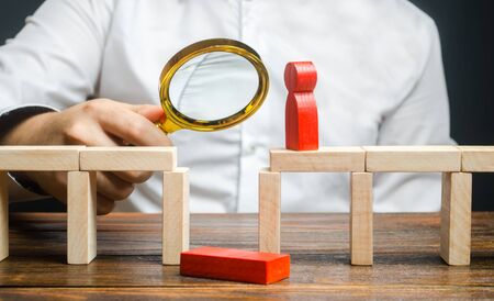 A businessman is studying a problem and ways to solve it. Wrong business model, unprofitability and inefficiency. Failed project. Testing. Risk management. Correction of errors and shortcomings. Stockfoto