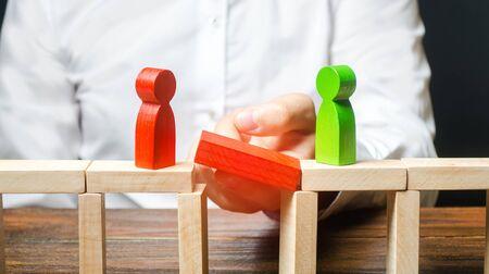 Ein Mann stellt Kontakt zwischen Menschengegnern her. Schiedsrichter und Mediator. Brücken bauen, Kompromisse bei Streitigkeiten und Konfliktbeilegung suchen. Vernetzung im Geschäft. Verhandlungsplattform