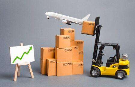 Aereo cargo, carrello elevatore con scatole di cartone e freccia verde in alto. Aumentare il trasporto merci e i volumi di consegna dei prodotti merci. crescita degli ordini e throughput delle infrastrutture di trasporto Archivio Fotografico