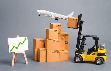 Cargo airplane, forklift truck with cardboard boxes and green arrow up. Increase freight transportation and delivery volumes of products goods. orders growth and throughput of transport infrastructure Stockfoto