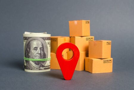 Red navigational location designator, cardboard boxes and a Roll bundle of dollars. Business and commerce. Local economy and manufacture. Production and export of products, goods. Globalization Stockfoto
