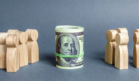 Two groups of people are divided by a bundle roll dollars. The cult of money, capitalism. Financial instruments and education. Decent salary wages. Investment concept. High profits and a welcome item. Stockfoto
