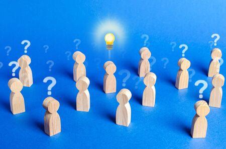 Menschenmenge mit Fragezeichen und eine Person mit einer Idee. Alle Spekulationszweifel zerstreuen. Führung und Impulsgeber für neue Ideen. Persönliche Meinung. Initiative, Überzeugung anderer, Originalität Standard-Bild