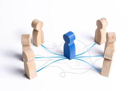 Il Mediatore che stabilisce un contatto tra le persone. Servizio di mediazione. dialogo, aumentando la comprensione e l'efficacia del processo negoziale. Conversazione diplomatica in formato ufficiale.