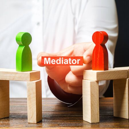 A man makes contact between people opponents. Arbitrator and mediator. Build bridges, seek a compromise in disputes and reconciliation of conflicts. Networking in business. Negotiation platform Banque d'images