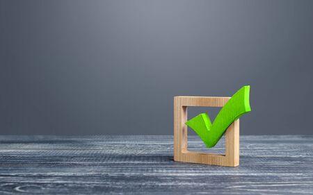 Grünes Abstimmungs-Häkchen in einem Kästchen. Kontrollkästchen. Demokratische Wahlen, Referendum. Das Recht zu wählen, Machtwechsel. Checkliste zur Überprüfung und Selbstdisziplin. Erforderliches Qualitätskriterium Zulassungssymbol