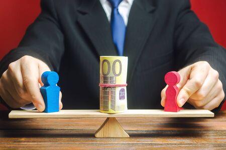L'uomo d'affari mette sulla bilancia la figura di un uomo e di una donna con i soldi. Concetto di divario retributivo di genere. Disparità di reddito. Oppressione delle donne. Discriminazione di genere. Sottostima del lavoro femminile