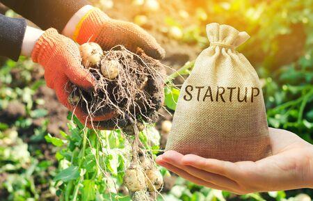 Startkonzept für die Landwirtschaft. Steigern Sie die Produktivität und Effizienz der Ernte. Entwicklung von Innovationen. Investitionen in die Landwirtschaft. Smarte moderne Technik in der Landwirtschaft. Umfeld. Budget Standard-Bild