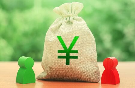 Yen yuan money bag and a deal between two persons. Business lending, leasing. Tender competitiona contract. Negotiation process dealings. Dispute solution. Finance surety promise. Trade agreement. 免版税图像