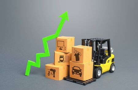 Forklift with boxes and green arrow up. Economic recovery and increased trade and freight traffic. Increasing the cost of transport services tariffs because of special quarantine measures at borders. Archivio Fotografico