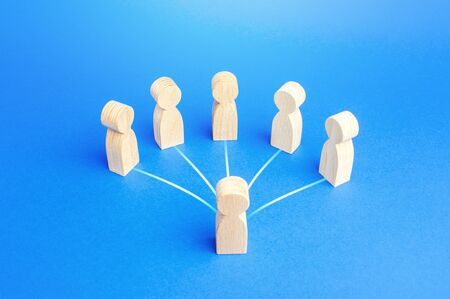 Leader person is connected by lines with employees. Teamwork, command and assignment of tasks. Authoritative influence. Leadership qualities, followers. Cooperation collaboration. Business management Zdjęcie Seryjne