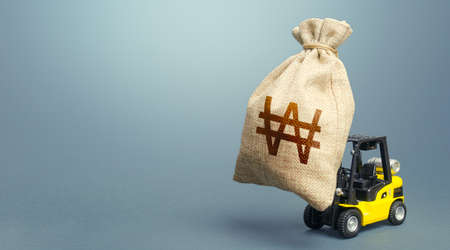 Forklift carrying a south korean won money bag. Strongest financial assistance, business support. Stimulating economy. Borrowing on capital market. Subsidies soft loans. Anti-crisis budget. Stockfoto