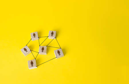 Connected people figures form a working team network. Cooperation and division of responsibilities among project participants. Social communication. An efficient small optimal compact business team. Stockfoto