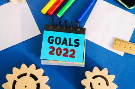 Notes with inscription Goals 2022. Planning, plans and tasks. New business ideas. Setting goal, target. Motivation, inspiration concept. Gears, ruler, markers. Flat lay Archivio Fotografico