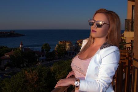 baranda para balcon: Woman admiring sunset from her balcony