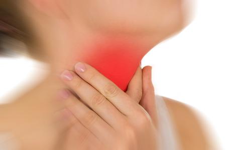 아픈: 빨간색 표시 목의 통증, 흰색 배경에 손으로 고립 유지