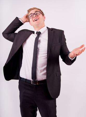 successes: L'uomo d'affari in tuta gioire per i successi di, su uno sfondo grigio Archivio Fotografico