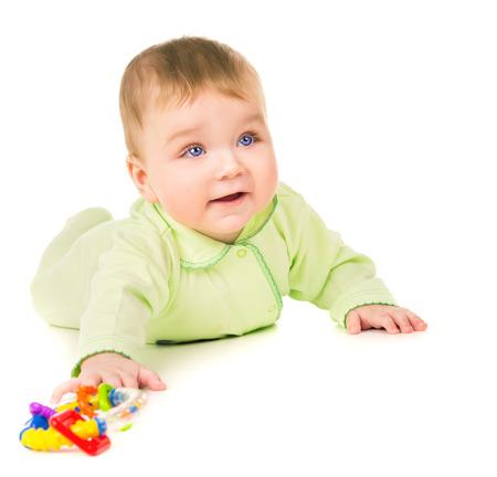 bebe gateando: Hermoso beb� gateando y jugando con los juguetes aislados sobre fondo blanco