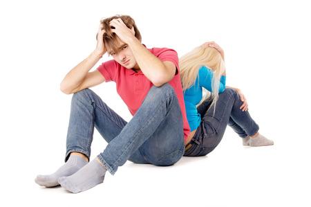 zdradę: zdrada dziewczyna i facet siedzi zdenerwowany na białym tle