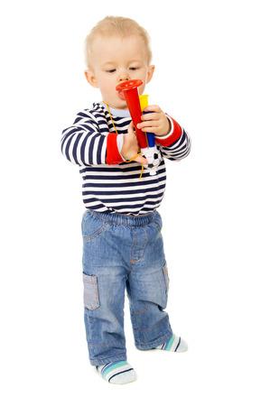 futbol infantil: ni�o peque�o, y el pitido de f�tbol aislado en el fondo blanco