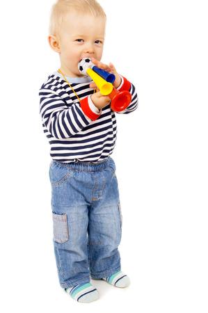 futbol infantil: ni�o peque�o sopla en el pitido de f�tbol aislado en el fondo blanco