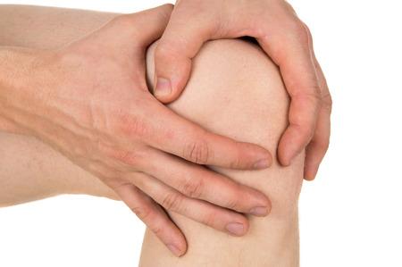 dislocation: mantener la rodilla dolorida aislada en el fondo blanco
