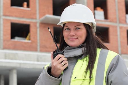 ingeniero civil: Ingeniero Civil en el sitio de construcci�n est� inspeccionando la producci�n en curso Foto de archivo