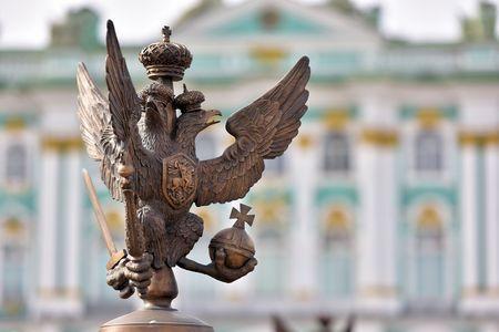 Russian palace: Los detalles de la decoraci�n de la cerca con el ruso s�mbolo imperial de doble dirigi� Eagle en la Plaza del Palacio de San Petersburgo Rusia