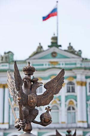 Russian palace: Los detalles de la decoraci�n de la cerca con el ruso s�mbolo imperial de doble dirigi� Eagle de la bandera en la Plaza del Palacio y la opini�n de Rusia sobre el Hermitage en blured detr�s de San Petersburgo Rusia