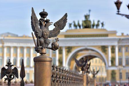 palacio ruso: Los detalles de la decoraci�n de la cerca con el ruso s�mbolo imperial de doble dirigi� Eagle en la Plaza del Palacio detr�s vista desenfocada de la puerta de la Plaza del Palacio de San Petersburgo Rusia