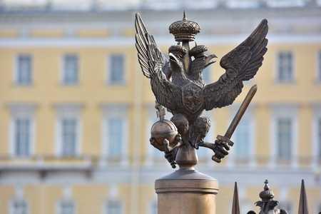 palacio ruso: Detalles de las decoraciones de la cerca con s�mbolo imperial rusa de doble dirigi� Eagle en la Plaza del Palacio de San Petersburgo Rusia
