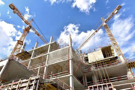タワー クレーンの使用と新しい建物が構築されています。