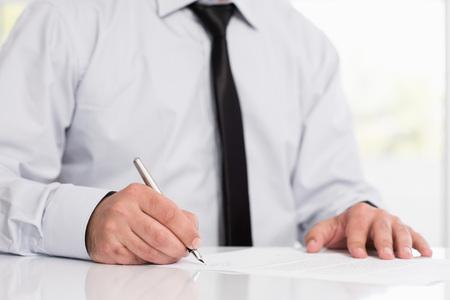 Zakenman ondertekening van een officieel document