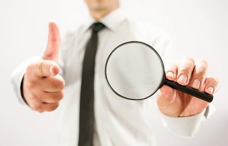 Op zoek naar een werknemer Concept met vergrootglas en vinger wijzen