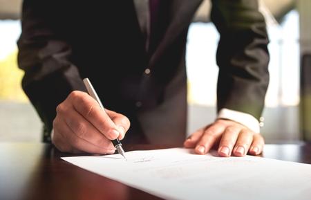 Zakenman ondertekenen van een juridisch document Stockfoto