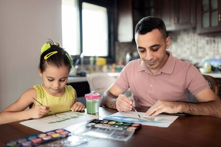 Little Girl And Father Are Drawing Pictures Together Stock Photo - 133316521