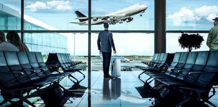 zakenman te wachten op de luchthaven vertrek gebied