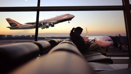 Vrouw spelen op de luchthaven Stockfoto
