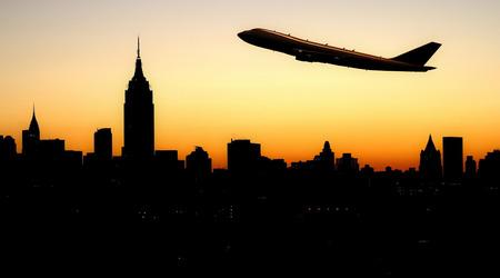 vliegtuig vliegt over het silhouet NY