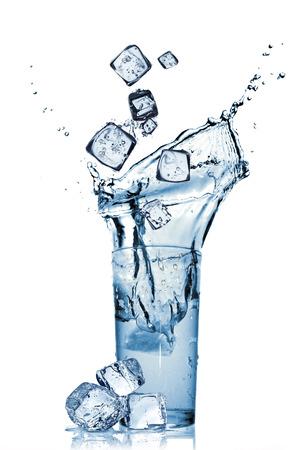 Het ijs valt in water Stockfoto