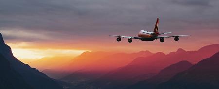 vliegtuig vliegt over de berg bij zonsondergang