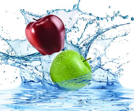 twee appels vallen in het water Stockfoto