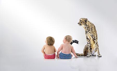 twee baby's met cheetah