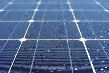 source d eau: Panneau solaire avec des gouttes d'eau
