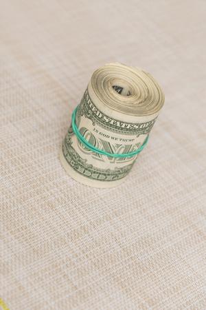 Un fascio di denaro contorto in un pacco con legato e una fascia di gomma verde Archivio Fotografico - 85728484