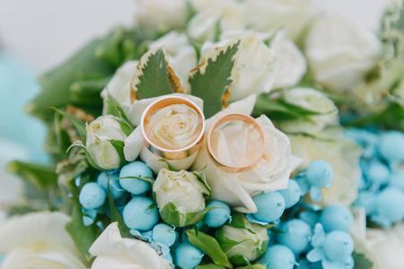 Bouquet of flowers. The brides bouquet. Bridal bouquet. Floristics. Wedding rings. Wedding bouquet from different colors. Imagens