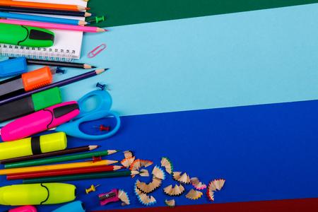 engrapadora: La escuela o la oficina de escritorio en el fondo colorido. De vuelta a la escuela. Marco, espacio de la copia.