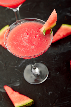 Watermelon margarita cocktail on black background. Fresh watermelon lemonade Imagens