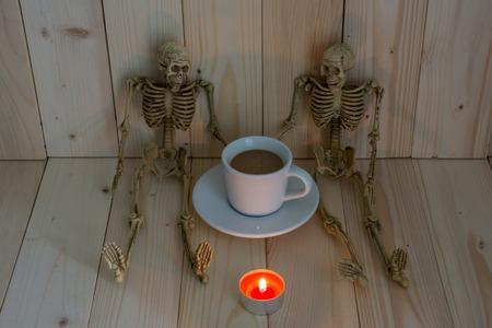 skelett mensch: Zwei Skelett Mann spricht etwas in Kaffeepause Zeit auf schwachem Licht.